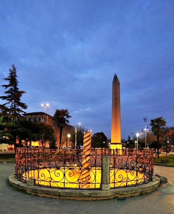 Змеиная колонна и Египетский обелиск на площади Ипподром - Tvoygid.com