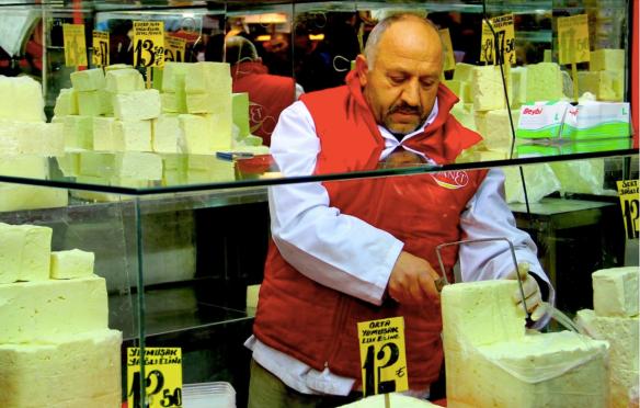 Продавец сыра на рынке в Стамбуле